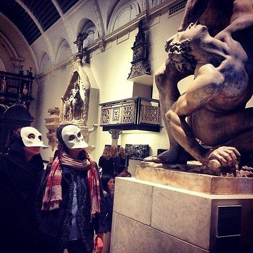 Maskidega Londonis V&A muuseumis pärast etendust Punchdrunk (2014).